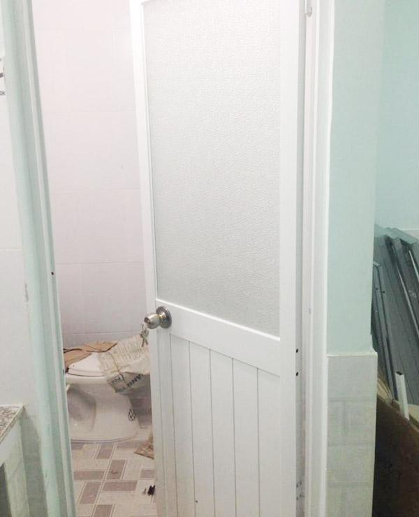 mở cửa phòng nhà vệ sinh