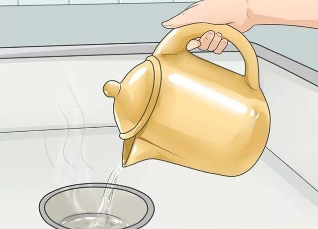 Sử dụng nước đun sôi để thông cống